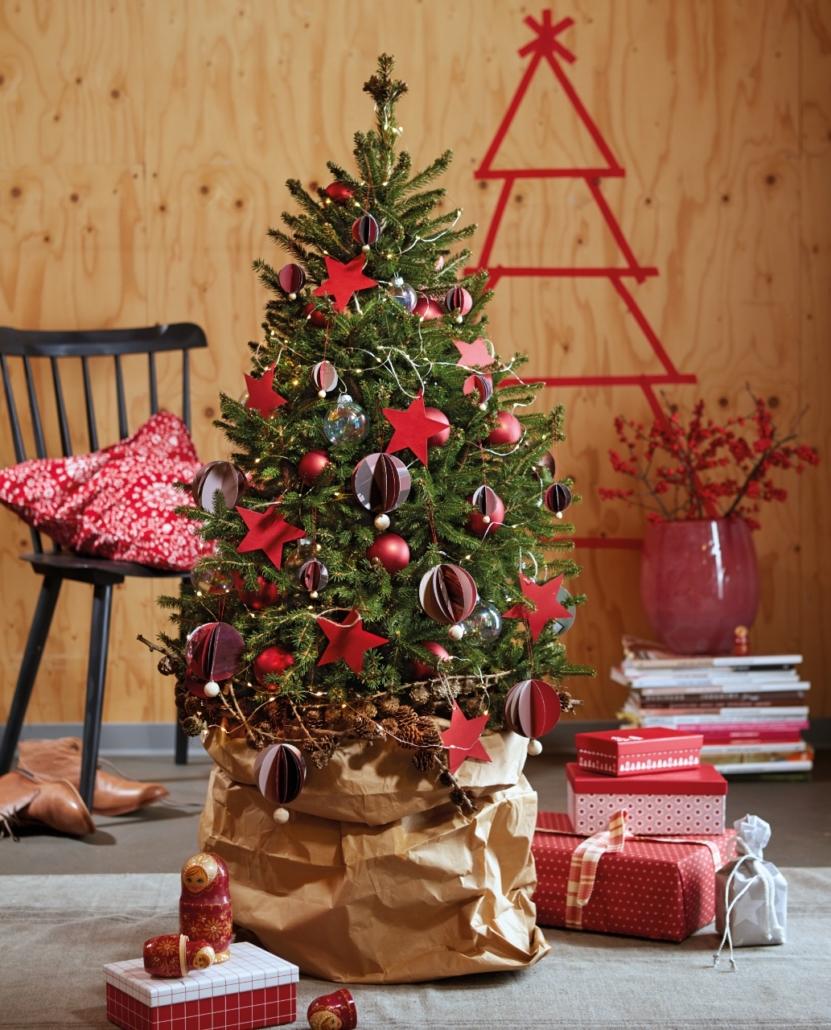 Mini- Weihnachtsbaum `Little Santa´ Hier geschmückt in klassischem Rot.